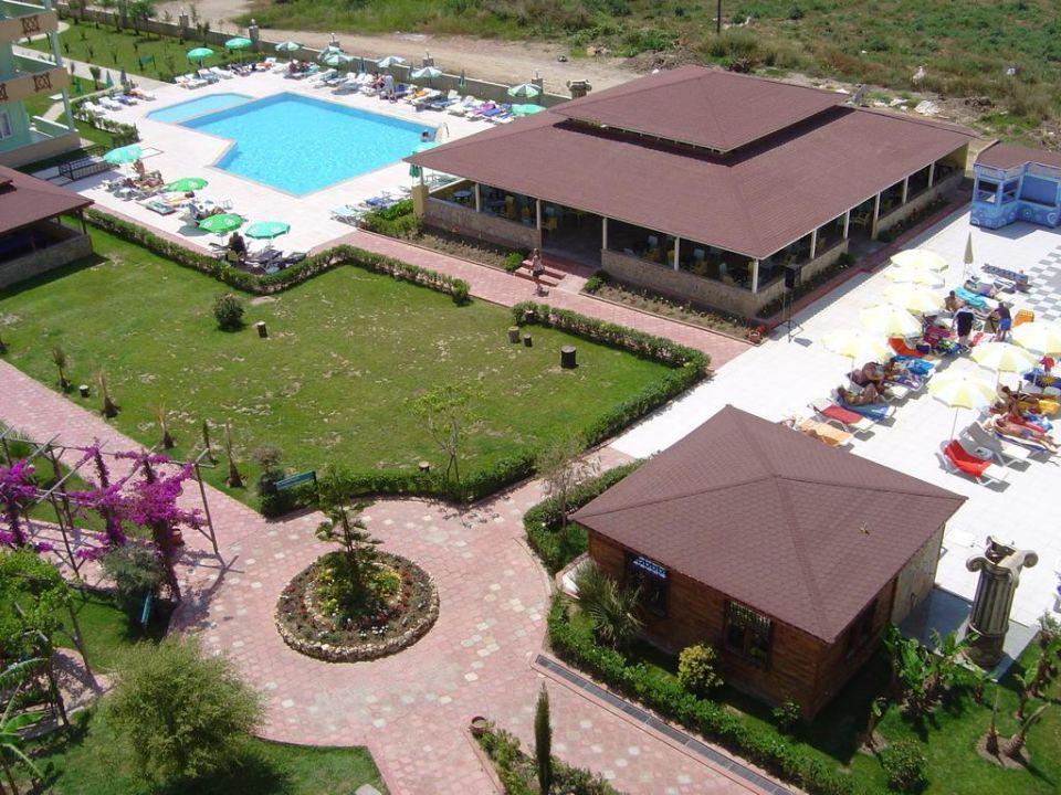 Blick auf den Nebenpool und Poolbar Hotel Titan Garden