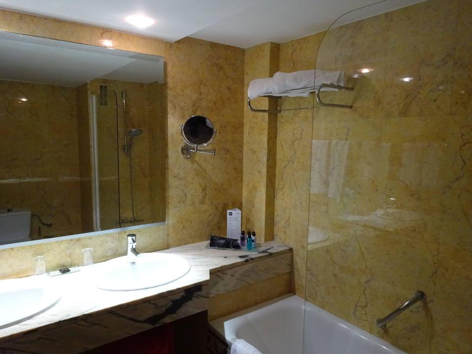bad mit doppelwaschbecken und dusche in der wanne vanity hotel golf alcudia holidaycheck. Black Bedroom Furniture Sets. Home Design Ideas
