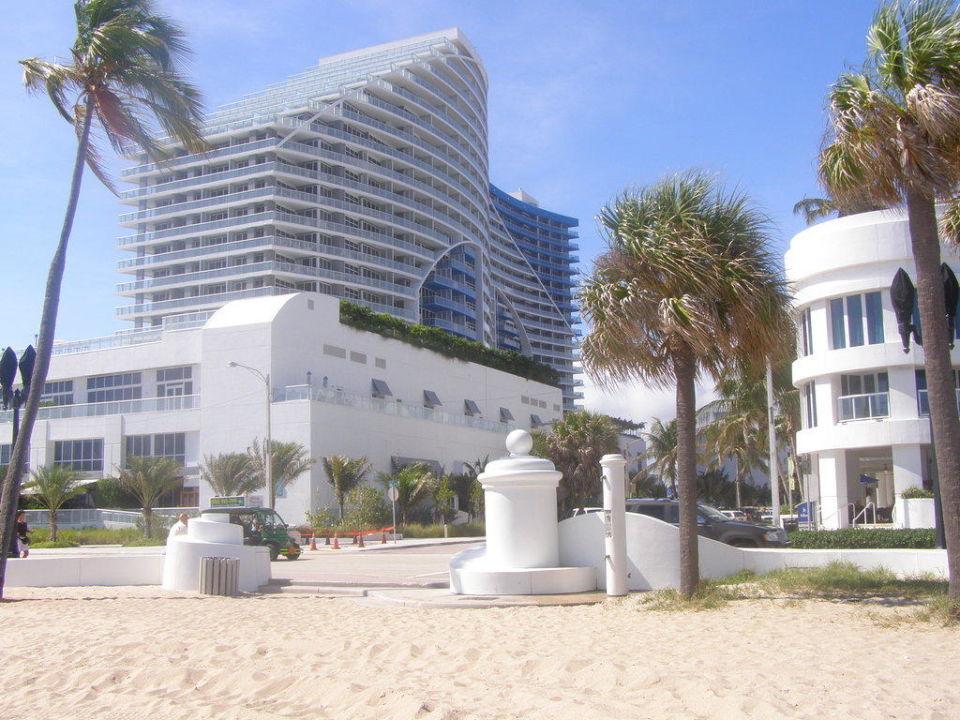 """Strand vor dem Hotel mit Blick auf das """"W HOTEL"""" Hotel Hilton Fort Lauderdale Beach Resort"""