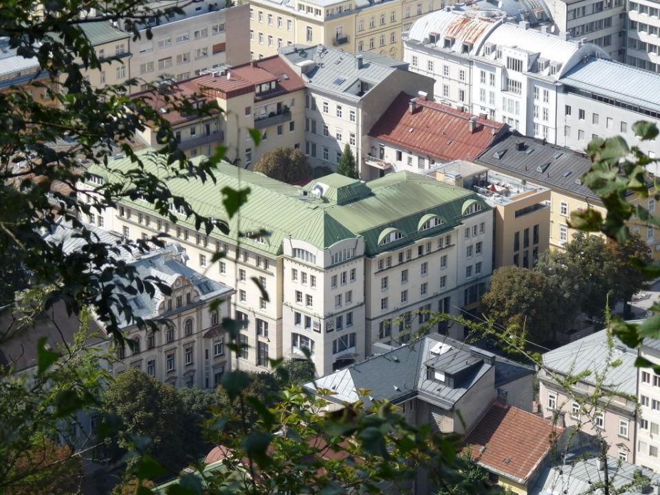 bild nh von oben gr nes dach zu nh salzburg city in. Black Bedroom Furniture Sets. Home Design Ideas