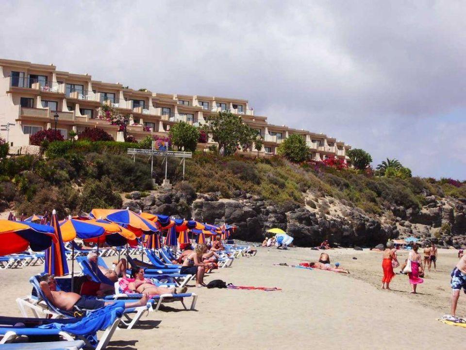 Widok plaży, a w głębi część hotelu SBH Hotel Taro Beach