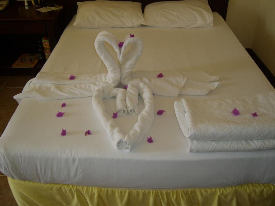 Hübsch geschmücktes Bett Hotel Club Dizalya