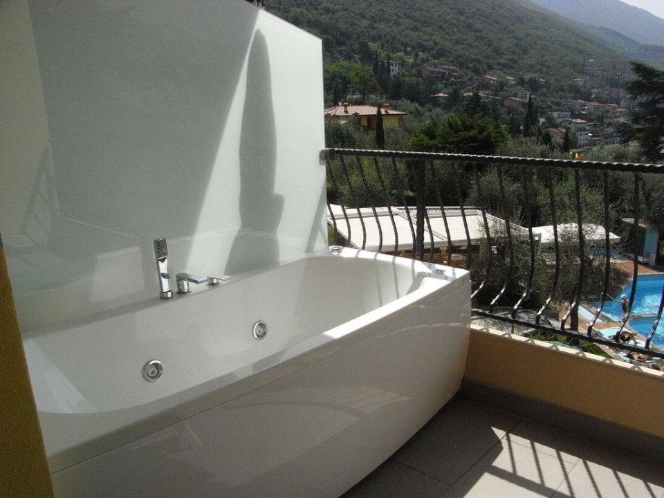 whirlpool badewanne auf dem balkon junior suite hotel baia verde malcesine holidaycheck. Black Bedroom Furniture Sets. Home Design Ideas