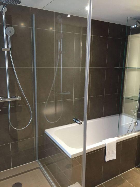 Badezimmer mit Dusche und Wanne in der Suite Novotel München City Arnulfpark