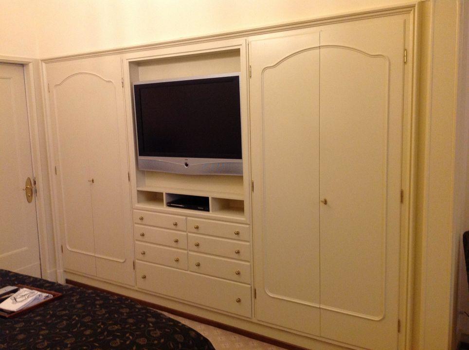 Schrank und Fernseher im Schlafzimmer - Suite 200\