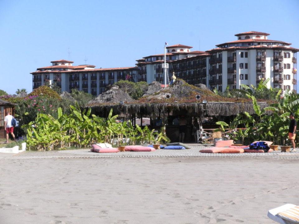 Blick vom Strand auf das Hotel Letoonia Golf Resort
