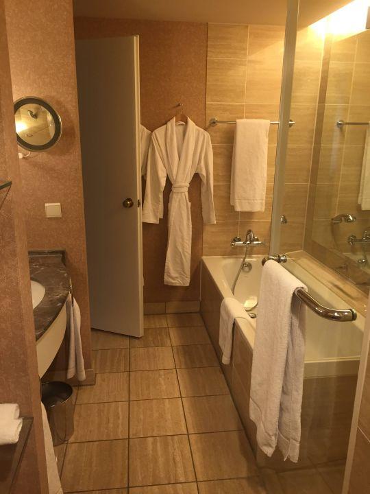 Geräumiges Badezimmer\