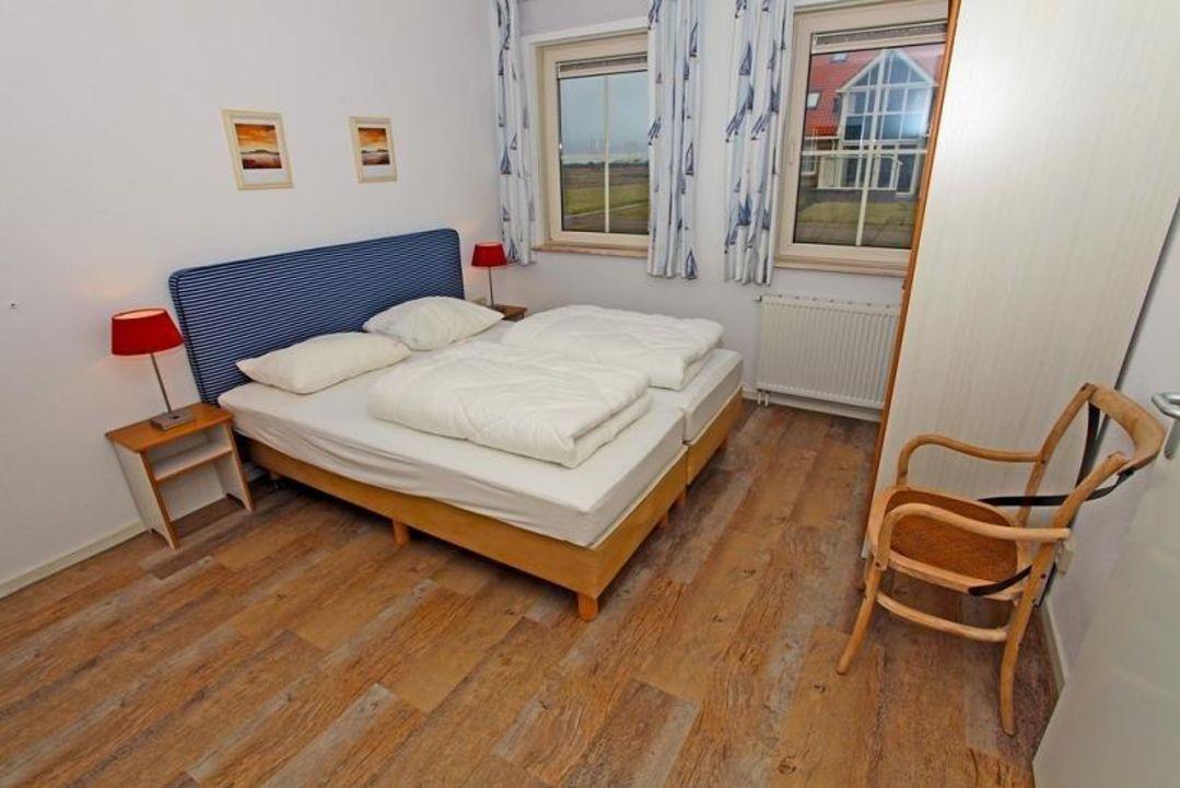 Slaapkamer, begane grond met TV,wastafel en douche\