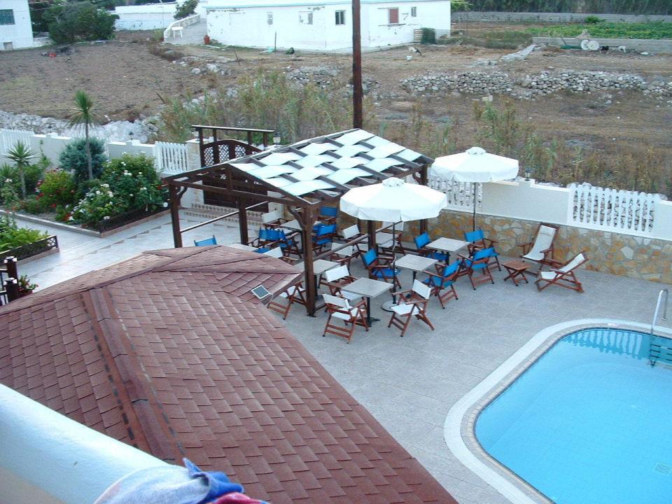 ausblick vom balkon auf pool hotel arkasa bay arkassa. Black Bedroom Furniture Sets. Home Design Ideas