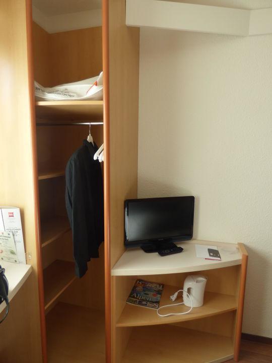 kleiner kleiderschrank hotel ibis berlin city potsdamer. Black Bedroom Furniture Sets. Home Design Ideas
