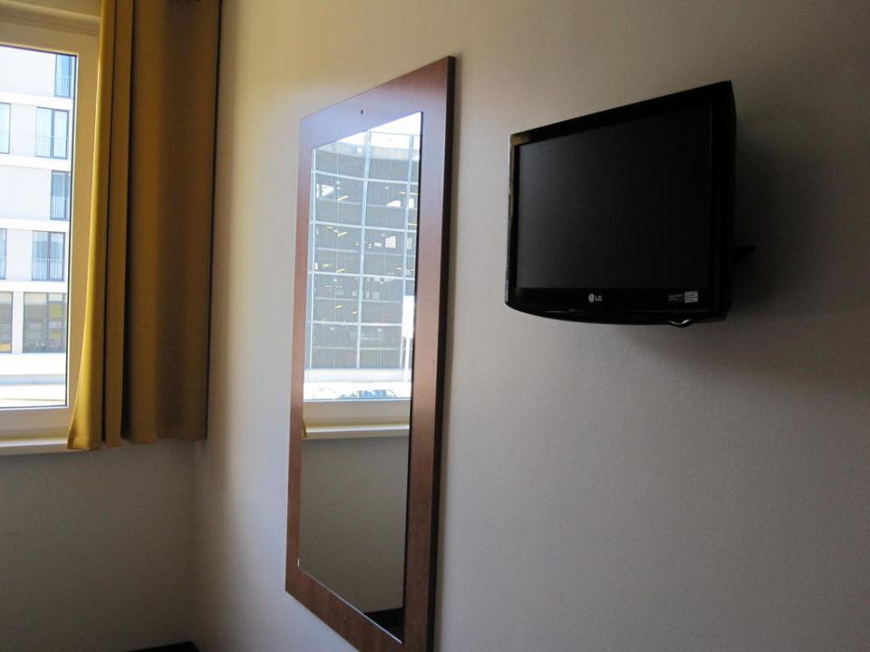 fernseher und gro er spiegel b b hotel dresden dresden holidaycheck sachsen deutschland. Black Bedroom Furniture Sets. Home Design Ideas