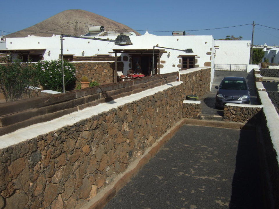 Blick über die Grundstücksmauer Hotel El Caserio de Guime