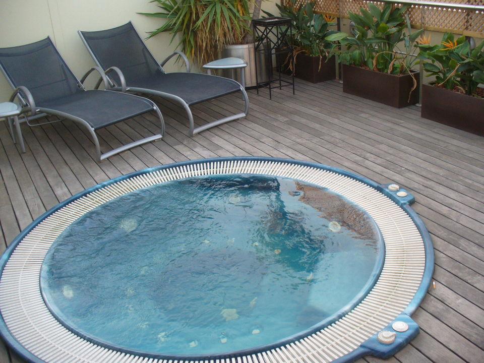 kleiner whirlpool auf der dachterrasse hotel h10 itaca barcelona holidaycheck katalonien. Black Bedroom Furniture Sets. Home Design Ideas