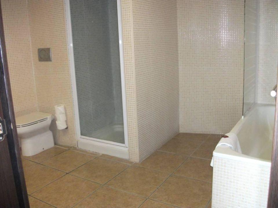 badezimmer mit wanne und dusche apartamentos gema aguamarina golf golf del sur. Black Bedroom Furniture Sets. Home Design Ideas