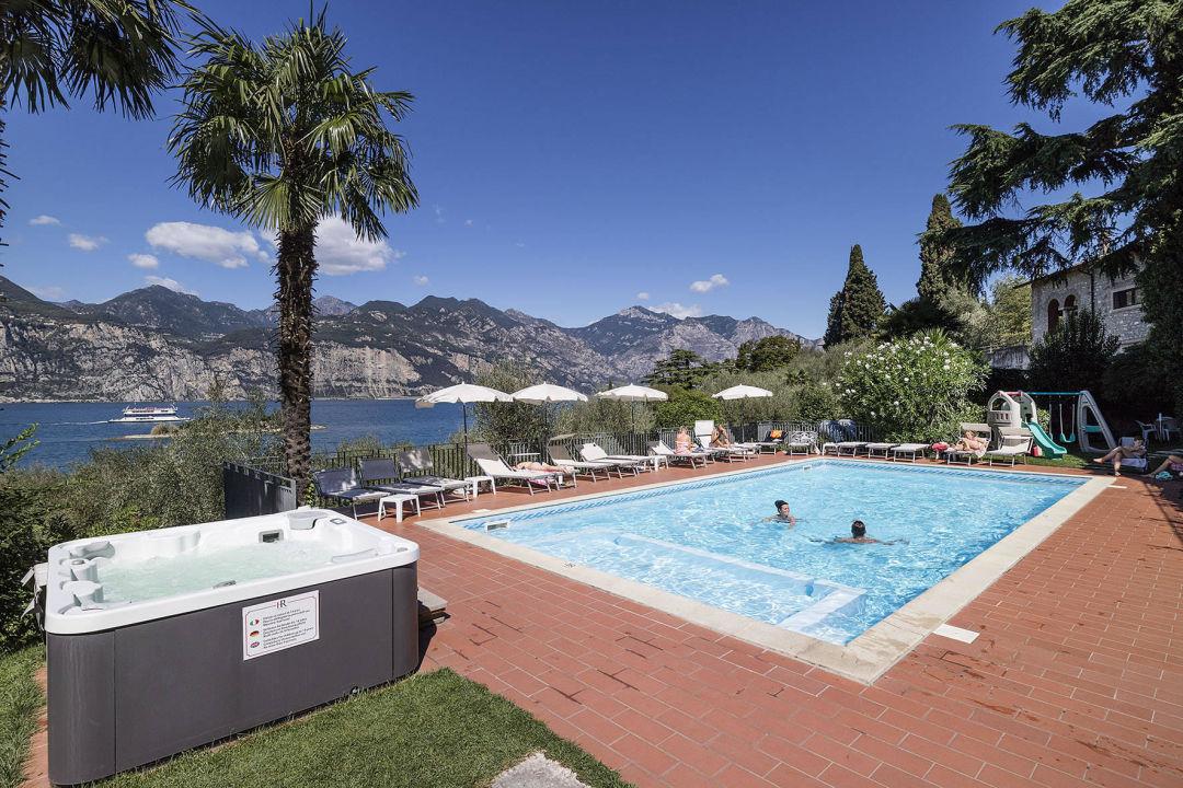 Pool and whirlpool Hotel Roma Aparthotel