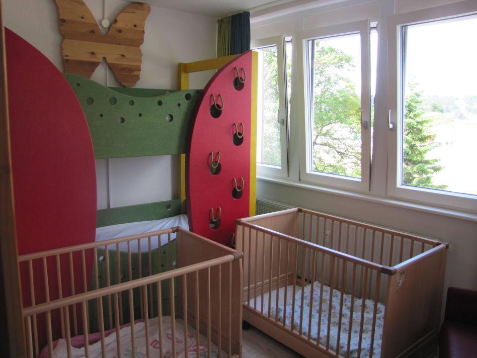 bild zimmer f r die babys zu familotel hotel feldberger. Black Bedroom Furniture Sets. Home Design Ideas