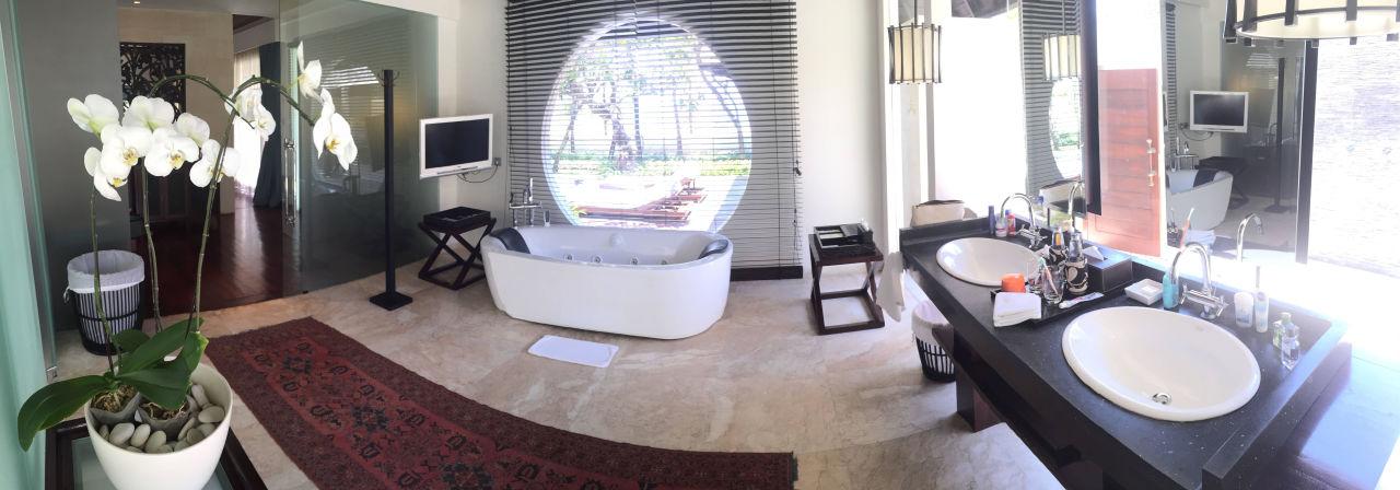 bild badezimmer mit whirlpool zu the royal santrian in. Black Bedroom Furniture Sets. Home Design Ideas
