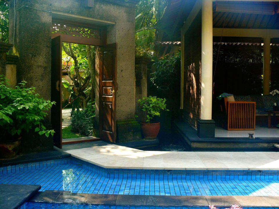 Beautiful entrance/garden Kamuela Villas & Suites Sanur