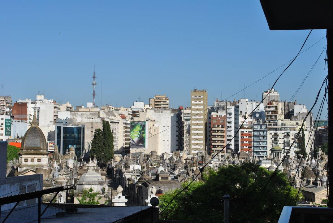 Blick von unserem Balkon auf den Friedhof  Hotel Ayres de Recoleta Plaza