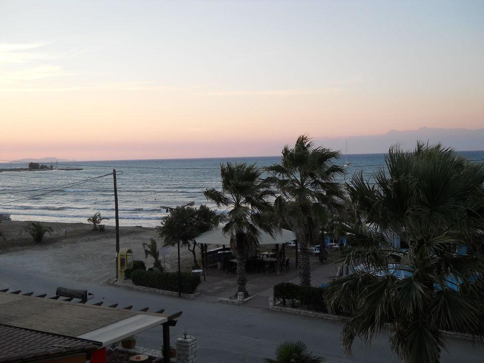 Über die Straße hinweg Richtung Pool-Anlage Hotel Beach Star