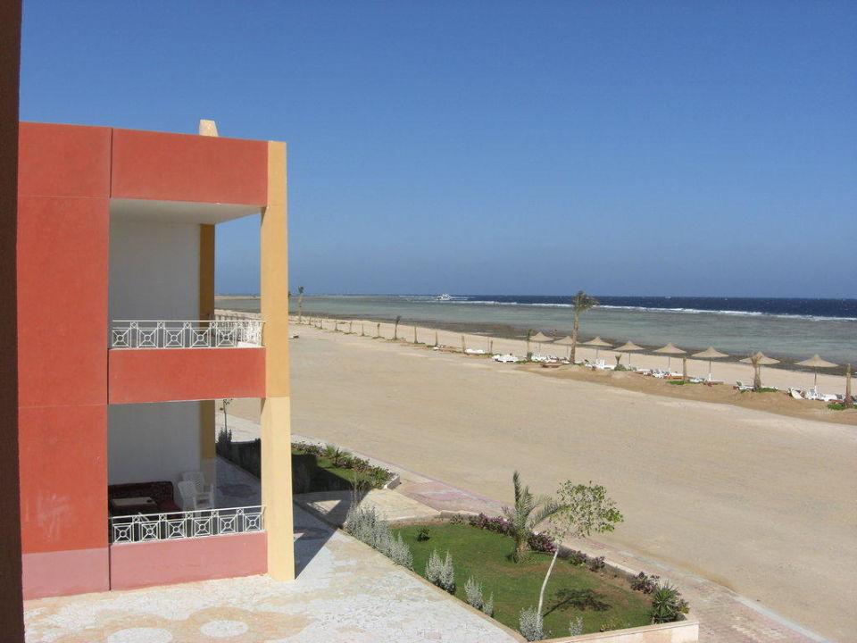 Blick vom Zimmer zum Strand von 30m Paradise Club Shoni Bay