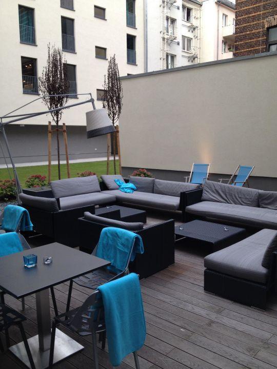 der aussenbereich f r raucher motel one k ln mediapark k ln holidaycheck nordrhein. Black Bedroom Furniture Sets. Home Design Ideas