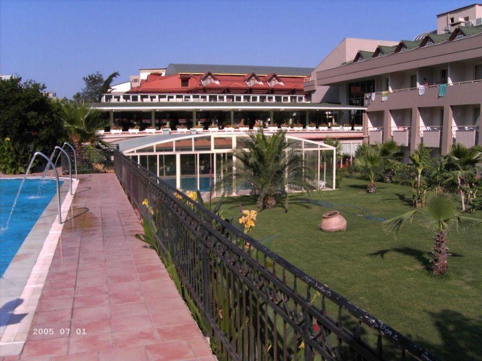 Links: Swimmingpool, mitte: Hallenbad, rechts: Hotel Armas Gul Beach Hotel