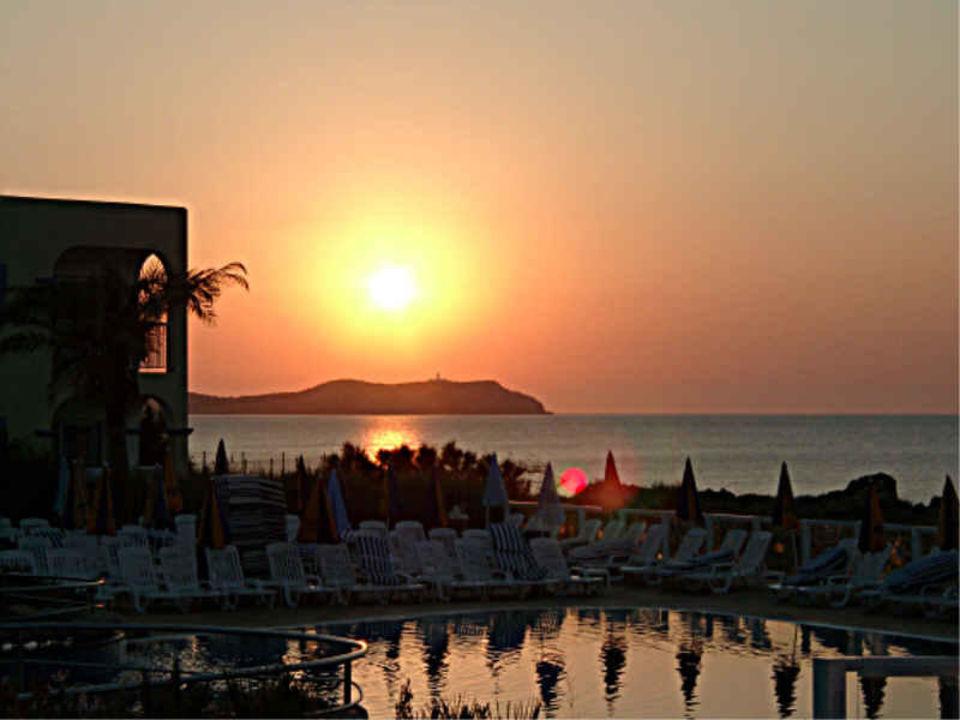Sirenis Aura - Sonnenuntergang, im Vordergrund Kinderpool Sirenis Hotel Club Aura