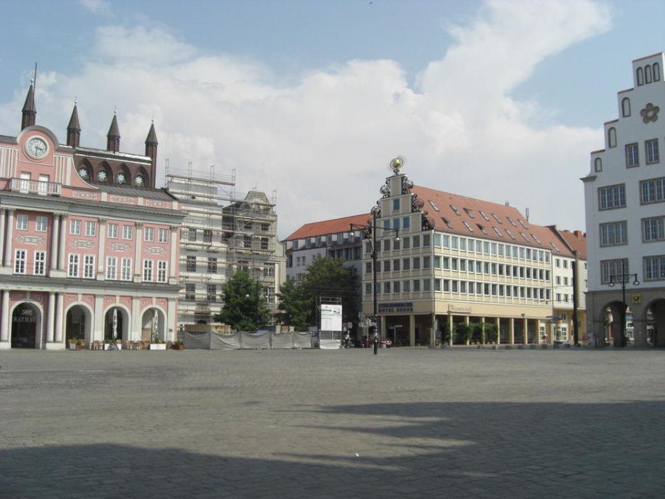 """""""Hotel mit Rostocker Rathaus links """" Steigenberger Hotel"""
