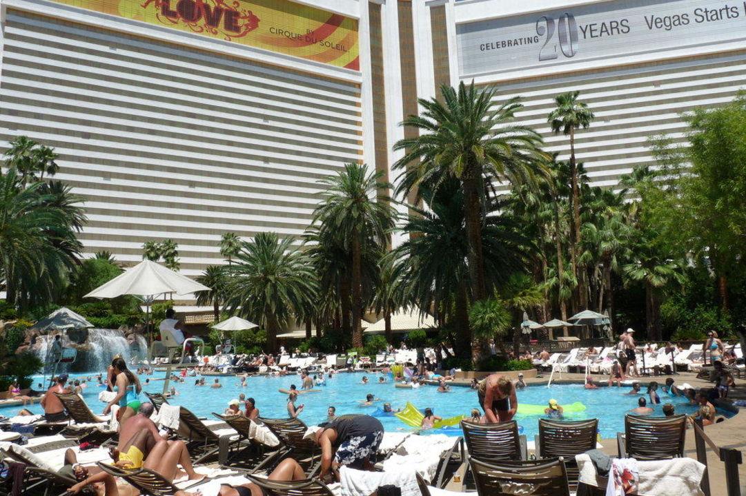 Pool mit Hotel The Mirage