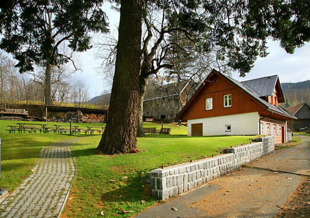 Pohled na studia a zahradu s posezením Hotel Starý Mlýn