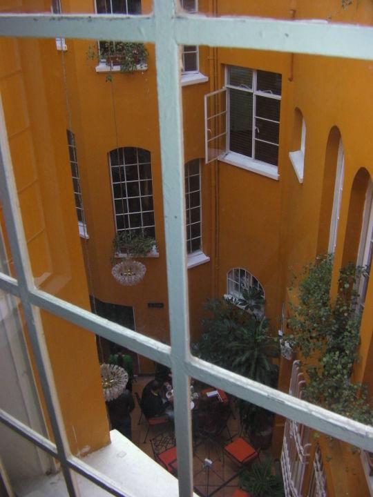 Вид на внутренний дворик Hotel Ambar
