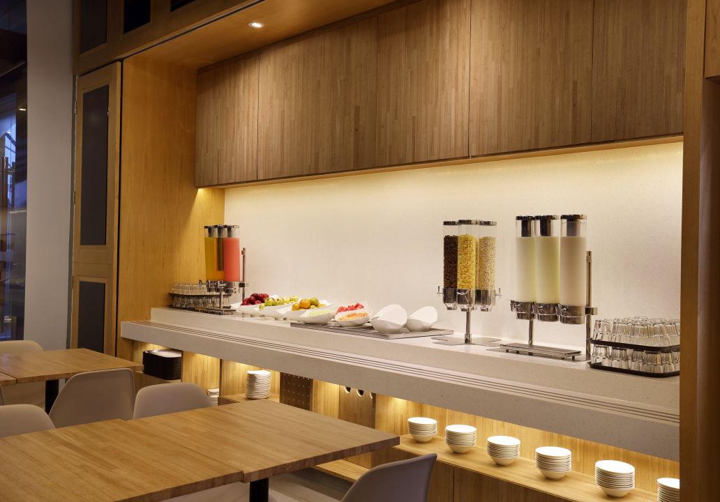 Breakfast Bar Holiday Inn Express Jakarta Thamrin