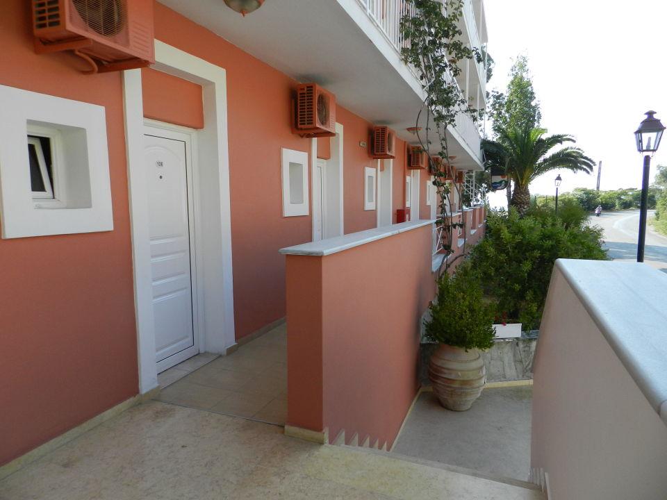 Вход в номера Hotel Corfu Maris