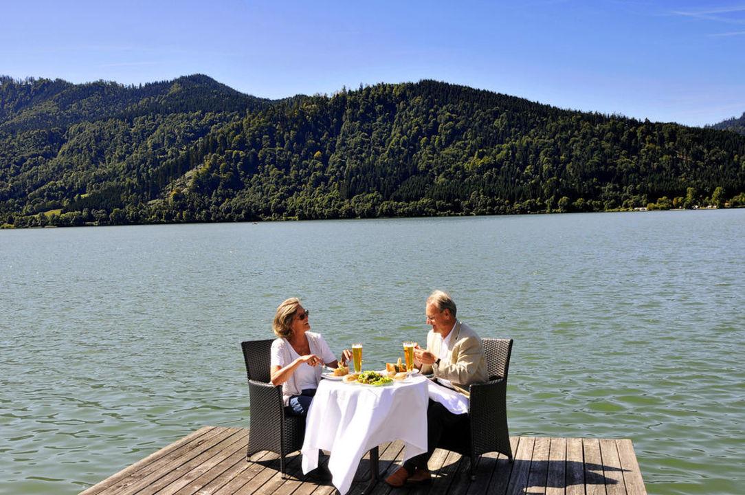 Essen auf dem Steg Seehotel Schlierseer Hof