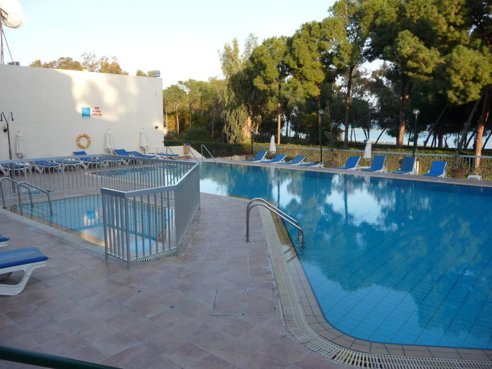 Hotelpool 1,60 m mit Kinderpool 0,50 m tief Hotel Park Beach