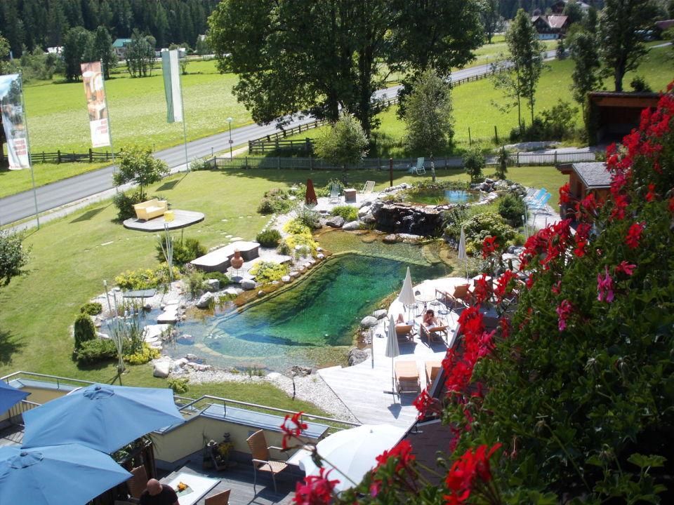 Blick vom Balkon zum Schwimmteich Hotel Berghof