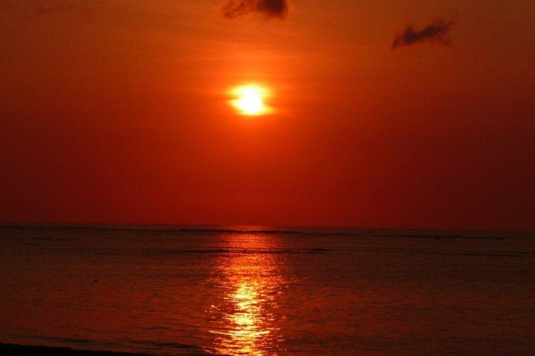 Abendblick vom Strand Hotel Discovery Kartika Plaza