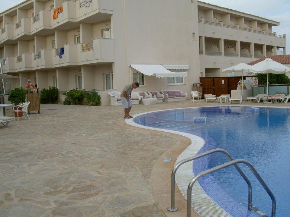Am Pool mit Blick auf das Hotel Hostal Tahiti