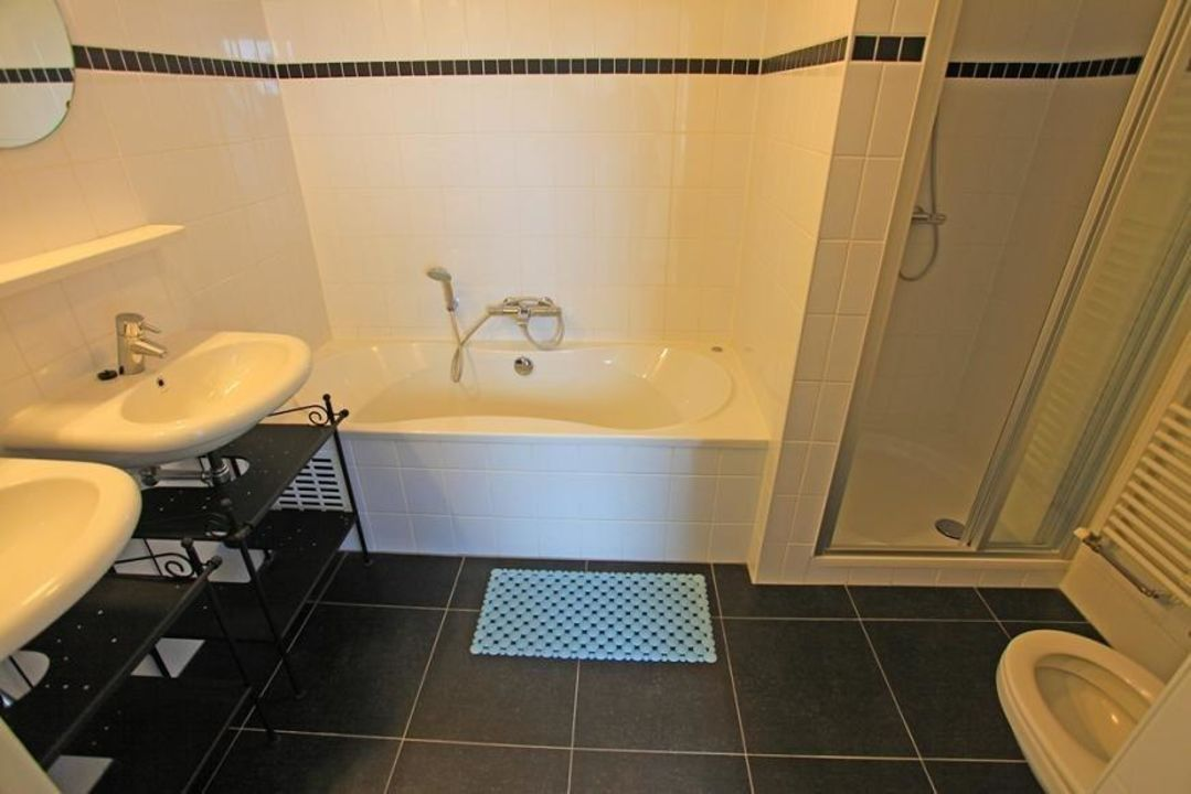 Badkamer, whirlpool, douche, 2 wastafels, toilet\