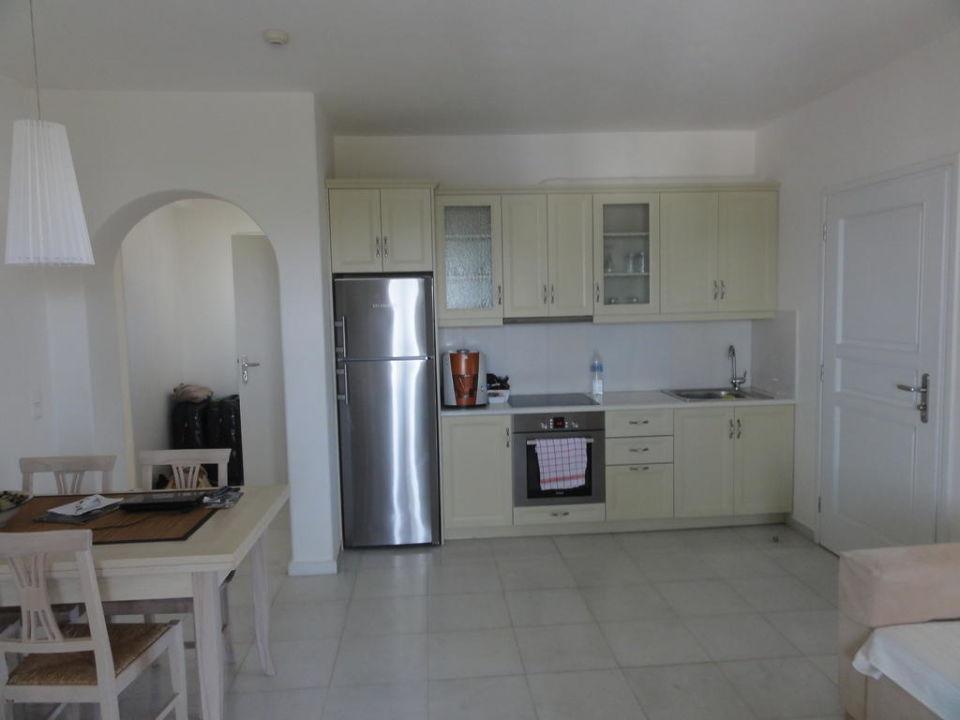 Küche mit Backofen, grosser Kühlschrank\