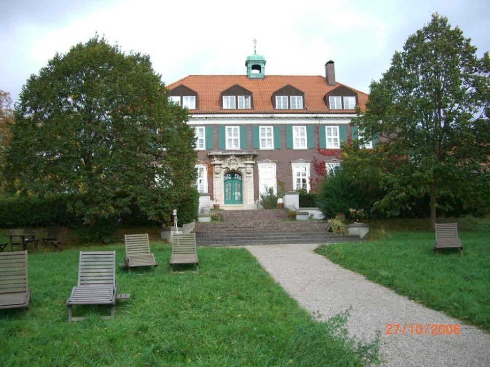 Blick vom Garten auf das Gutshaus Hotel Gutshaus Stellshagen
