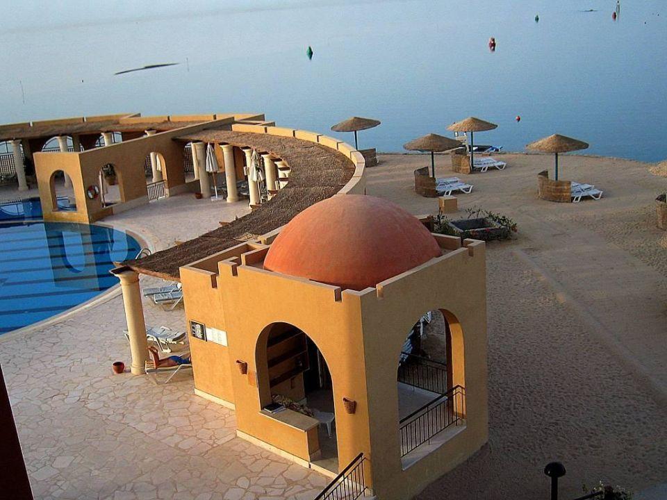 """Blick auf Pool und """" Strandbereich""""  sowie Handtuchausgabe Hotel Three Corners Ocean View - Adults only"""