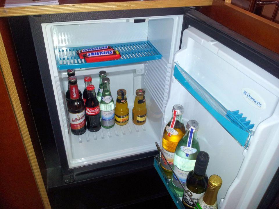 Minibar Mit Kühlschrank : Novotel hotelzimmer minibar kühlschrank und safe stockfoto bild