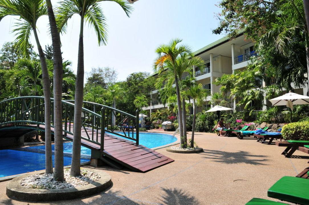 Schöner Pool mit Brücke zur Poolbar The Green Park Resort