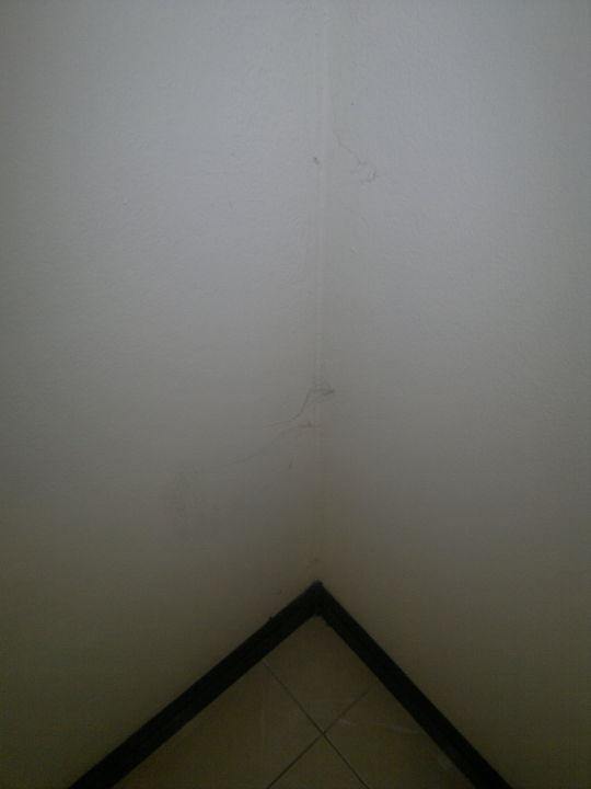 bild flecken und abrieb an der wand zu siwalai city place hotel in pattaya. Black Bedroom Furniture Sets. Home Design Ideas