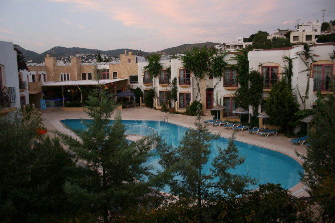 Poolanlage des Nachbarhotels Serpina Hotel Eken Resort