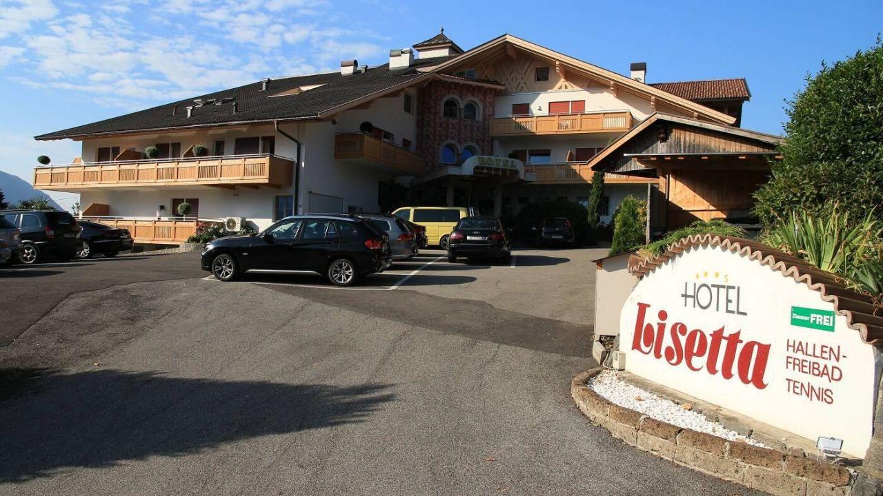 parkplatz und haupteingang hotel lisetta tirolo dorf. Black Bedroom Furniture Sets. Home Design Ideas
