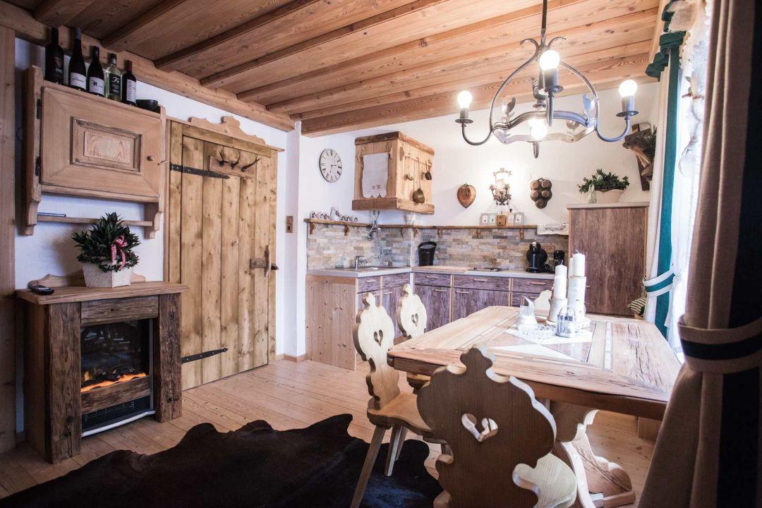 Küche mit Esstisch\