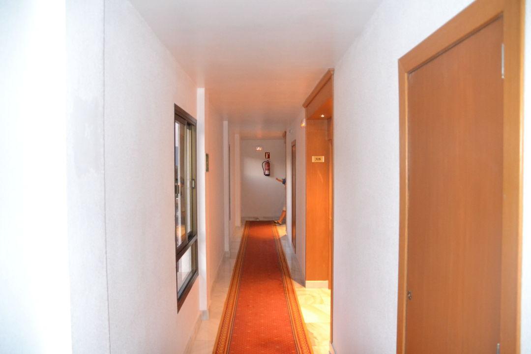 Hotelflur zu den Zimmern smartline Millor Sol